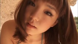 篠崎愛 岩場で光沢のセクシー水着姿で溢れそうな巨乳が迫ってくる