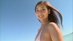 佐山彩香 ピンクのビキニでビーチでエロい身体見せながら遊ぶ
