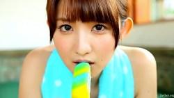 尾崎ナナ ノーブラ姿でアイスをしゃぶったり背中に乳液垂らされたり