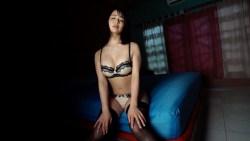 平嶋夏海 暗い部屋のベッドで下着姿で艶っぽくむっちりボディ見せながら誘惑してくる