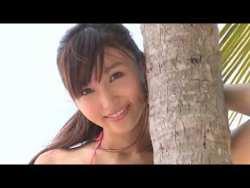吉木りさ ピンクのビキニのスレンダーな彼女が最高の笑顔でプールやビーチで遊ぶ