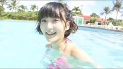 久保ユリカ セクシーな水着姿でかわいらしい笑顔しながらエロボディ見せつける