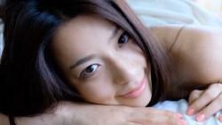 小瀬田麻由 ベッドでセクシーなお姉さんが裸から下着を着けてボディコンを着る