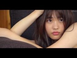 石田桃香 美少女が豊満な身体見せながらビキニ姿でポーズ