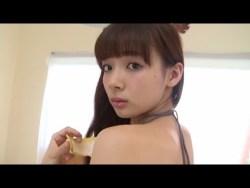岡田紗佳 チャイナドレスを脱いで色っぽくスレンダーボディ見せながらテーブルでポーズ