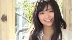 大原優乃 白いビキニ姿で巨乳美少女が素朴な笑顔を見せる