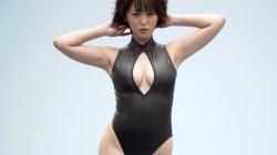 忍野さら 身体のラインくっきりのエロボディスーツ着てプールで大胆ポーズ
