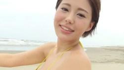 山本ゆう ビーチで黄色ビキニを着て走り回って爆乳揺らしたり
