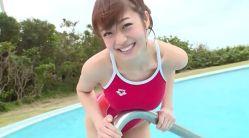中村静香 赤い競泳水着でむっちりエロボディ見せながらプールで遊ぶ