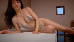 平塚奈菜 ハイレグエロ水着でベッドで色っぽく誘惑