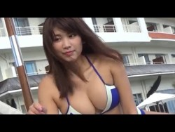 久松郁実 色んなビキニとシチュエーションで色気を見せつけながらグラビア撮影