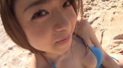 中村静香 ビキニ姿の巨乳美女とビーチを一緒に楽しむ