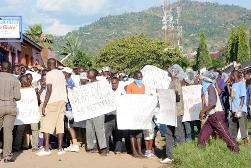 Des jeunes arborant des pancartes lors des affrontements avec des policiers ©Iwacu