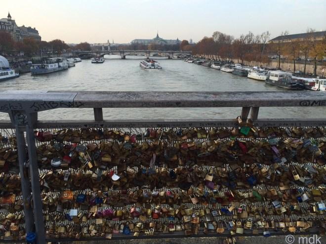 Love locks on passerelle de Solférino
