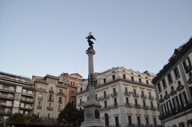 ITALIE - Naples - statue - maisons