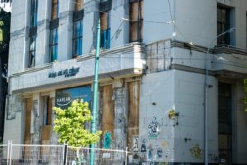 Ce bâtiment qui abritait une école de langue est resté dans le même état depuis les tremblements de terre.