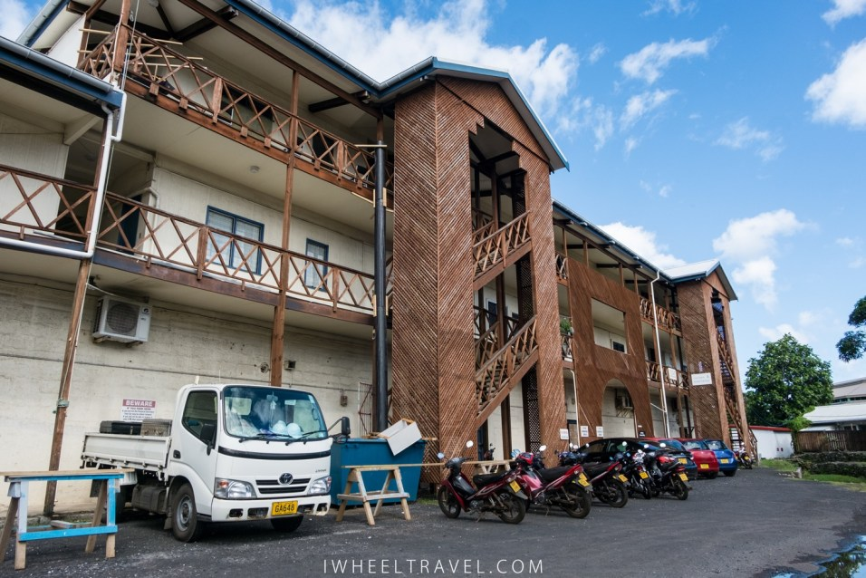 Le bâtiment regroupant plusieurs ministères auxquels il faut accéder par des escaliers.