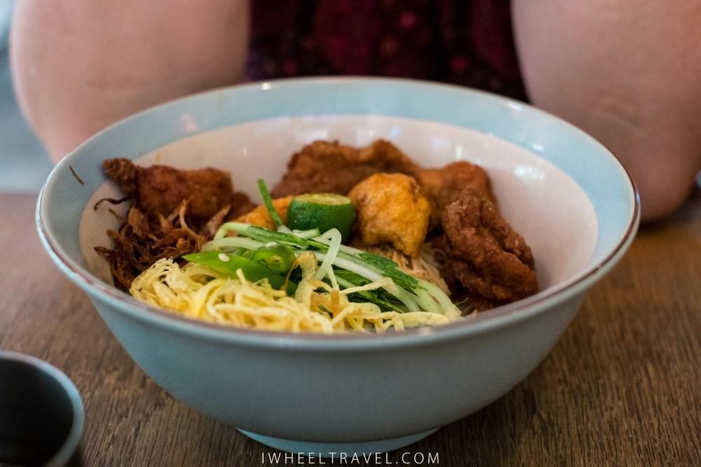 Ibu's Mee Siam : nouilles au oeufs, tofu et poulet fris.