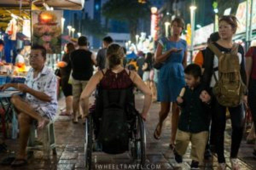 Au marché Jalan Alor, le fauteuil intéresse apparemment plus que les glaces!
