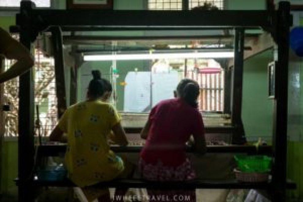 Les femmes travaillent toujours à deux sur un métier à tisser.