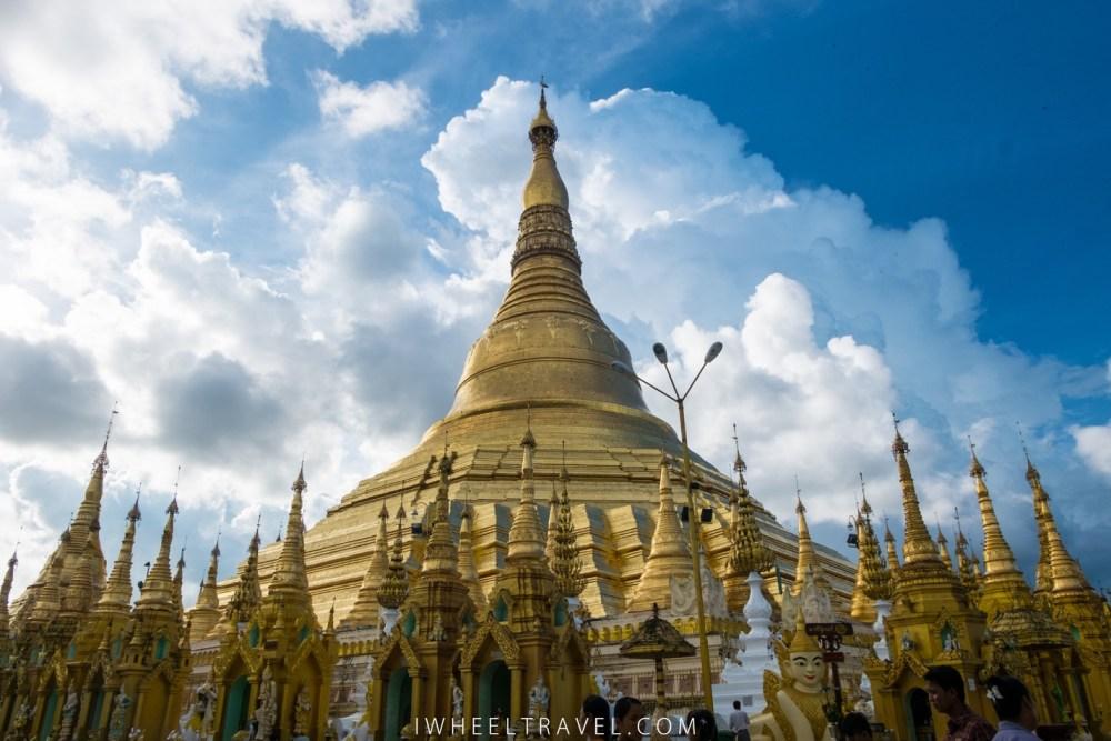 La pagode centrale est encerclée de nombreuses autres petites pagodes.