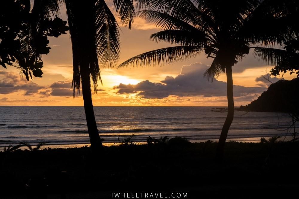 Le soleil se couche sur Ngwe Saung Beach.