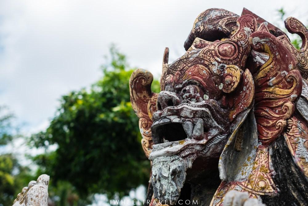 Statue d'une divinité à Tirta Gangga.