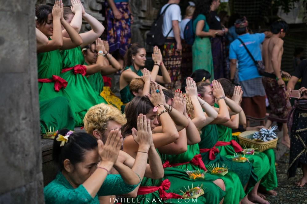 Les locaux doivent composer avec les nombreux touristes prenant part au rituel.