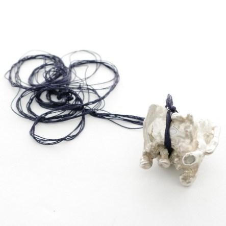 minimal animal necklace, art jewelry design, zeitgenössische Schmuck Design in Wien. Izabella Petrut