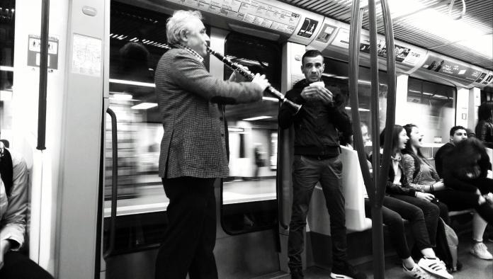 La vie en rose dans le métro - Crédit photo izart.fr