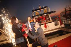 Mutluluk Teknesi Evlenme teklifi Organizasyonu Ruken Mehmet 4 - Mutluluk Teknesi'nde Kemanlı Evlilik Teklifi Organizasyonu