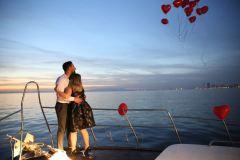 teknede suni kar ile evlenme teklifi organizasyonu izmir tekne kiralama 11 - Teknede Suni Kar İle Evlenme Teklifi Organizasyonu