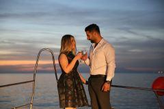 teknede suni kar ile evlenme teklifi organizasyonu izmir tekne kiralama 12 - Teknede Suni Kar İle Evlenme Teklifi Organizasyonu