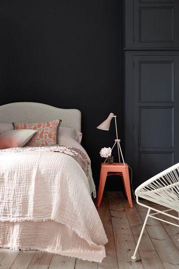 chambre à coucher mur sombre