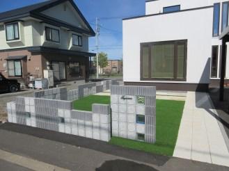 敷地周りをぐるりと塀で囲っています。可愛いブロックですが、基礎はしっかりと入っています。
