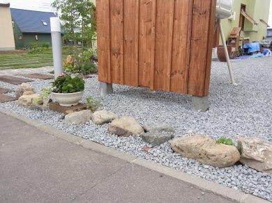 自然石で軽く仕切っています。