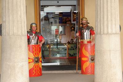 【国立ローマ軍博物館およびローマ遺跡群】ローマ兵のコスチュームを着たスタッフ