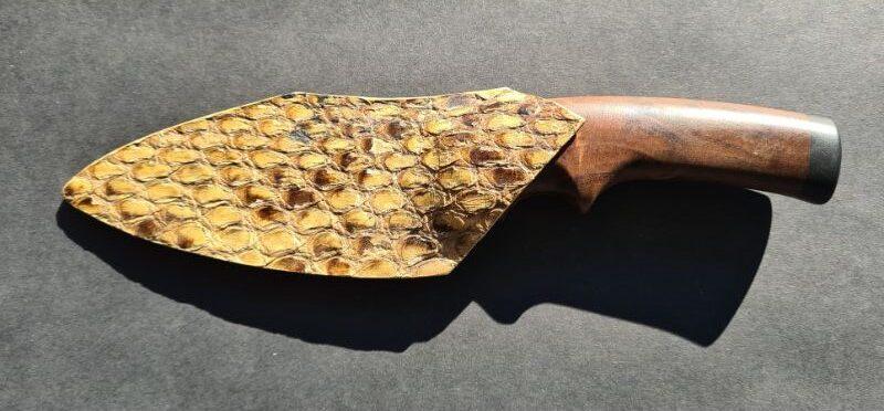 Custom made koksmes Houtsnijwerk van ebbenhout en walnoten handvat. Schede van echt slangenleer