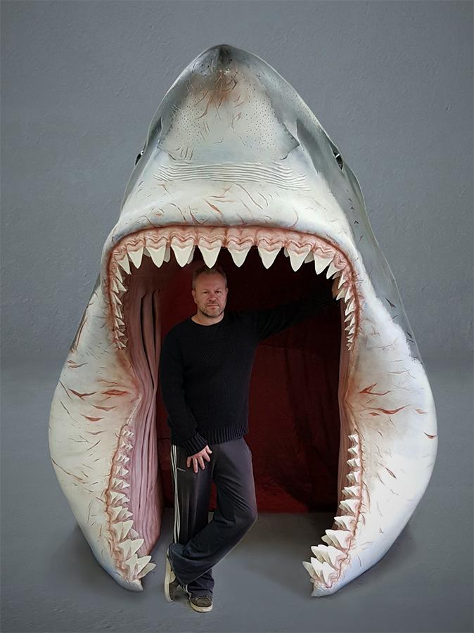 Haaienbek reconstructie van de megalodon. Deze haaienkop wordt gebruikt als binnenkomst van historisch museum Historyland. Bezoekers kunnen door de haaienbek lopen en de haai van de binnenkant bestuderen.