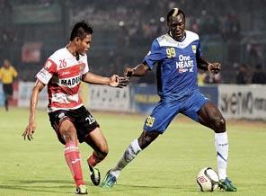 Striker Persib Bandung Herman Dzumafo Epandi menjaga bola dari rebutan pemain Persepam Madura United (P-MU)