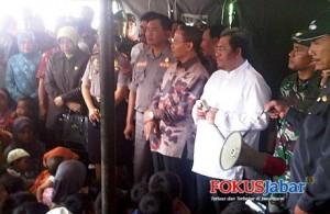 Ahmad Heryawan saat bersosialisasi dengan korban tanah amblas di Majalengka (Foto: Solihin)