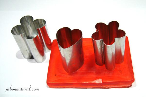 Cortar el jabón con ayuda de los cortadores metálicos