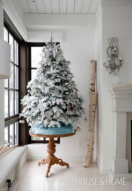 Arbol de navidad en blanco