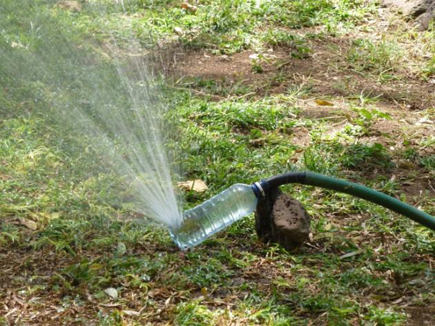 Ideas para reciclar botellas de pl stico blog jab n natural - Aspersor de agua ...