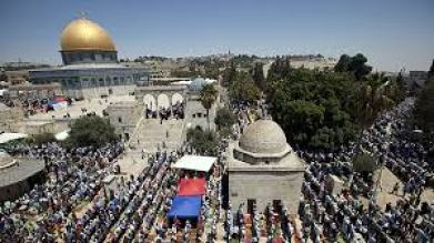 Palestinians praying on Temple Mount