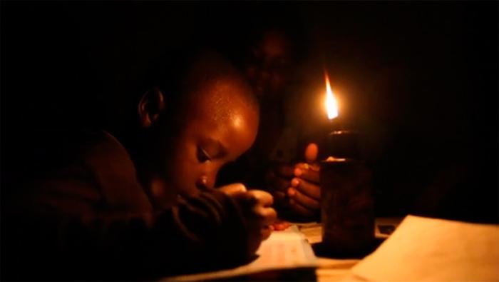 Mais de 1 bilhão de pessoas não tem eletricidade e usam candeeiro a querosene que polui e faz mal a saúde. Invenção da GravityLight - luz de gravidade - resolve o problema.