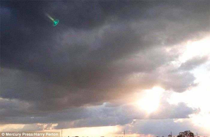 O que será esta luz misteriosa azul-turquesa que aparece no céu da Holanda?
