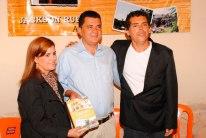 Jackson-Rubem-acompanhado-de-Ricardo-Rodrigues-atual-Prefeito-de-Lapão-e-sua-esposa-Iara-Machado-no-Lançamento-do-livro-LAPÃO-CEM-ANOS-DE-HISTÓRIA