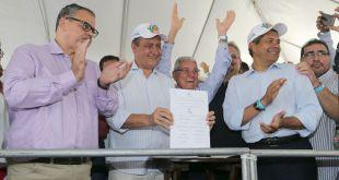 Resultado de imagem para Em Jacobina/BA, Governador da Bahia assinou decreto que regulamenta Lei Estadual de Convivência com o Semiárido
