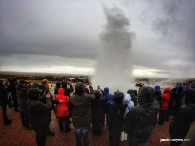 Trying to find the Geysir? Follow the crowd.
